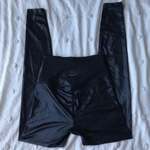 XS Beyond Yoga Shiny Black Leggings